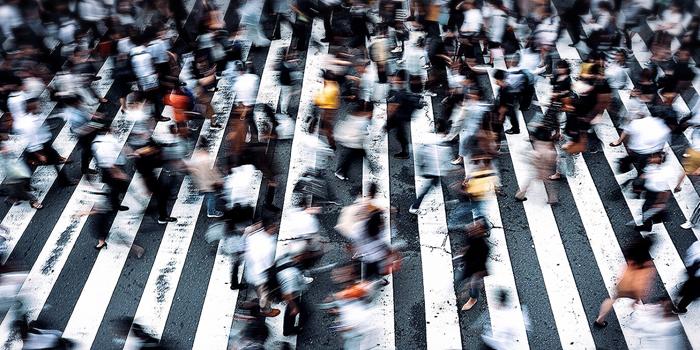 たくさんの人々が行き交う横断歩道